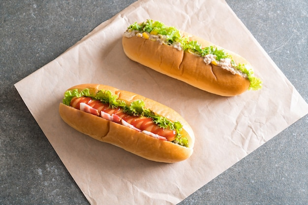 Hotdog de salada de milho de atum e hotdog de salsicha de bacon