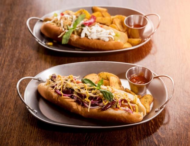 Hotdogs e batatas fritas em uma louça. refeição de fast-food. restaurante.