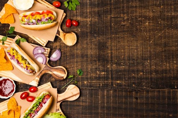 Hotdogs em cutboards com espaço de cópia