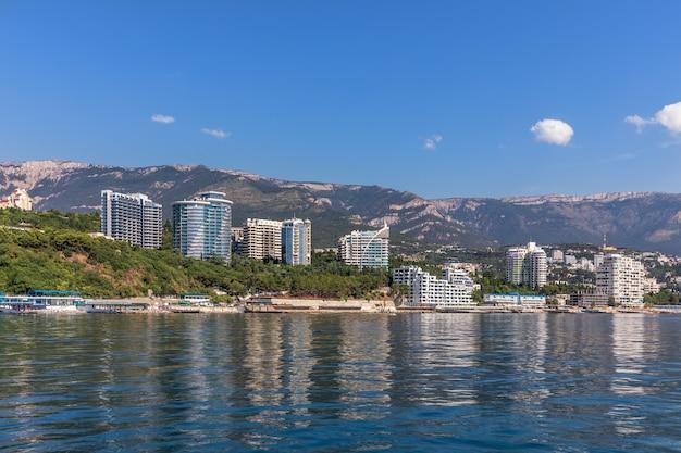 Hotéis modernos em yalta, crimeia, vista do mar negro.
