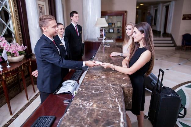 Hotel de cinco estrelas de luxo recebe os hóspedes em um fim de semana.