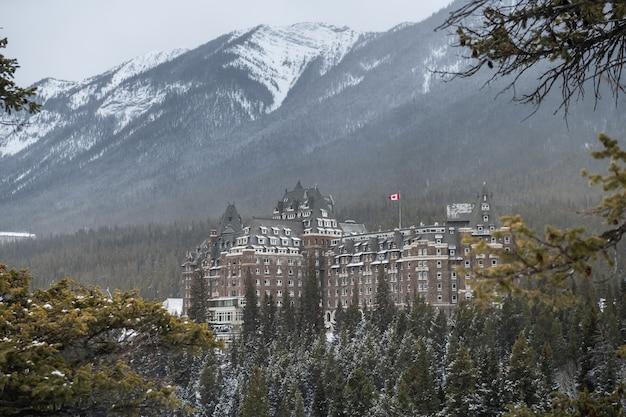 Hotel fairmont banff springs no inverno, parque nacional de banff, alberta, canadá