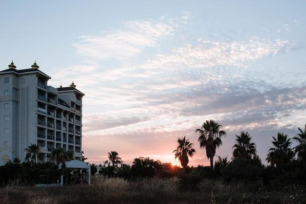 Hotel fivestar na turquia tendo como pano de fundo o céu poente.