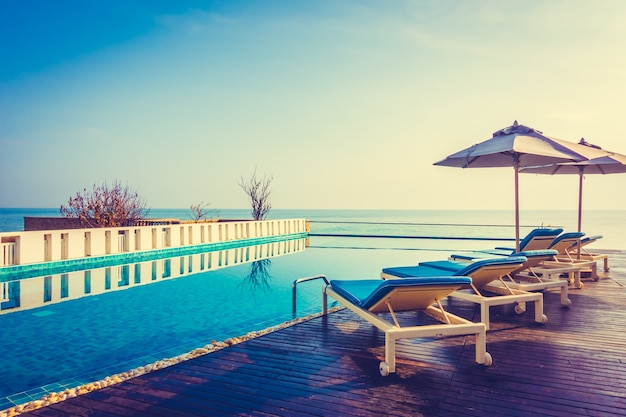 Hotel natação céu tropical do por do sol