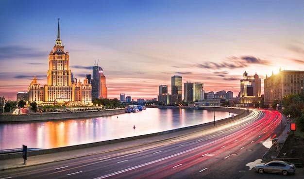 Hotel radisson em moscou, na margem do rio moskva, à luz da noite