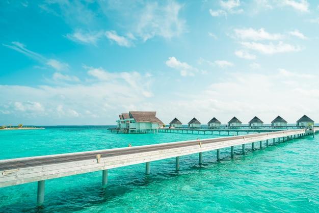 Hotel resort tropical maldivas e ilha com praia e mar para o conceito de férias de férias
