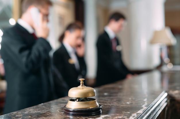 Hotel service bell hotel conceito, viagens, quarto, balcão de recepção de hotel de luxo moderno na