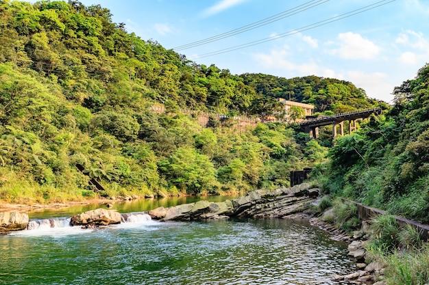 Houtong cat village e ponte sobre o rio keelung no distrito de ruifang, taiwan