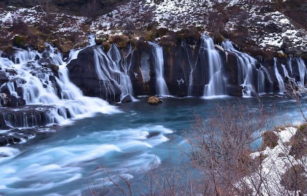 Hraunfossar, a cachoeira bonita em islândia.