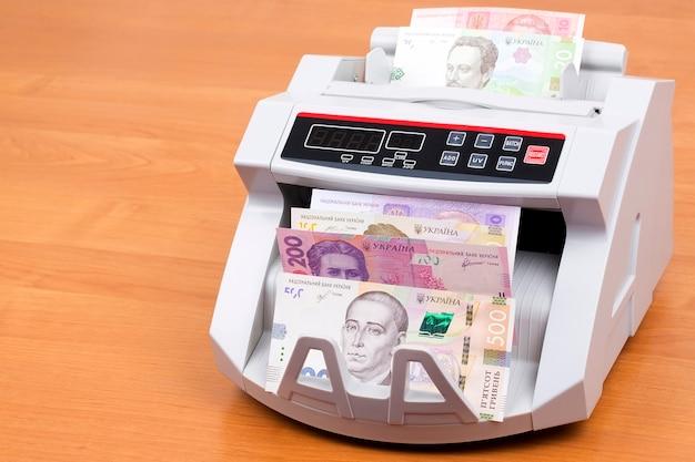 Hryvnia ucraniano em uma máquina de contagem