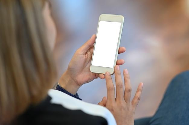 Hs da fêmea segurando o smartphone.