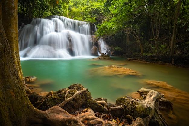 Huay mae khamin cachoeira, esta cascata é verde esmeralda na província de kanchanaburi, thailan