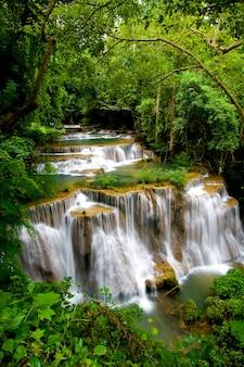 Huay mae khamin, cachoeira na floresta profunda da tailândia