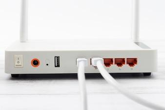 Hub de rede sem fio modem roteador na mesa de madeira