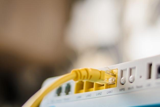 Hub de roteador de modem de internet com um cabo ethernet conectando