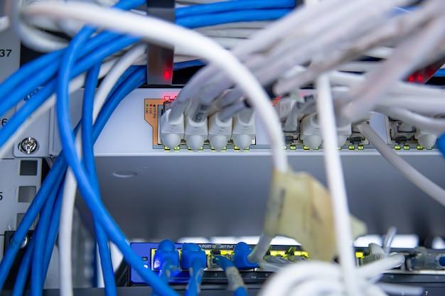 Hub de switch de close-up com cabo de rede utp lan conectado.