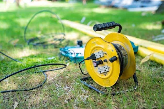 Hub do cabo elétrico no gramado do campo ao meio-dia