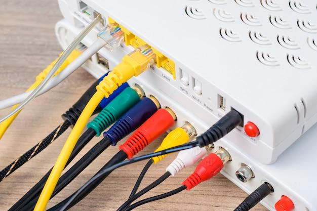 Hub do roteador de rede com cabos de conexão