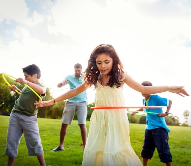 Hula hoop, aproveitando o conceito de lazer ao ar livre alegre