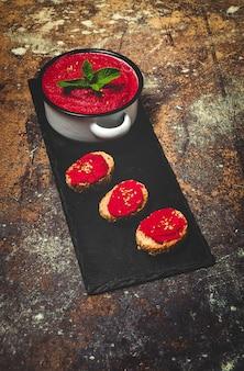 Hummus caseiro de beterraba vermelha com grão de bico