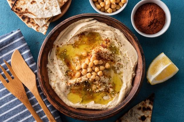 Hummus clássico com grão de bico, páprica, azeite e especiarias orientais.