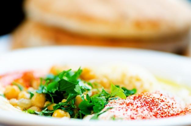Hummus clássico com salsa e pita. comida judaica tradicional e receita de cozinha do oriente médio.