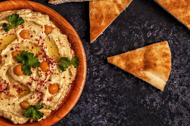 Hummus clássico no prato