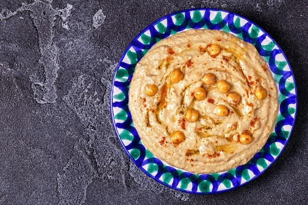 Hummus clássico no prato.