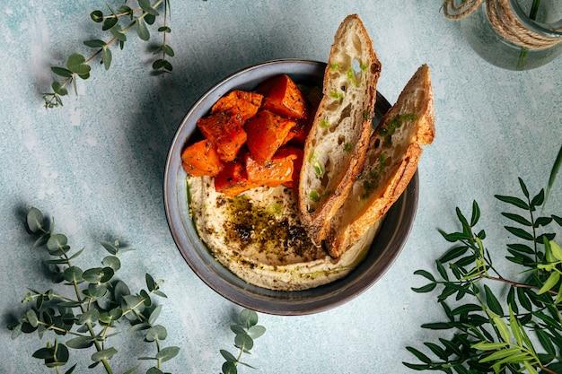 Hummus com mel de abóbora zaatar e balde crocante