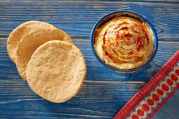 Hummus com pão pita e pimenta vermelha em pó