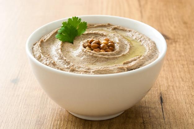 Hummus de lentilha em uma tigela de madeira