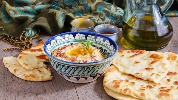 Hummus e pão de trigo