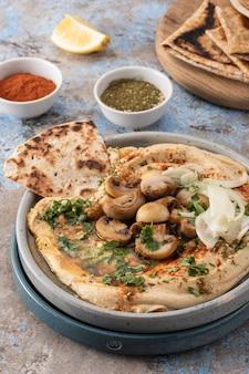 Hummus mediterrâneo tradicional com cogumelos e cebola.