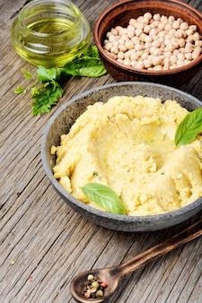 Hummus na mesa de madeira rústica