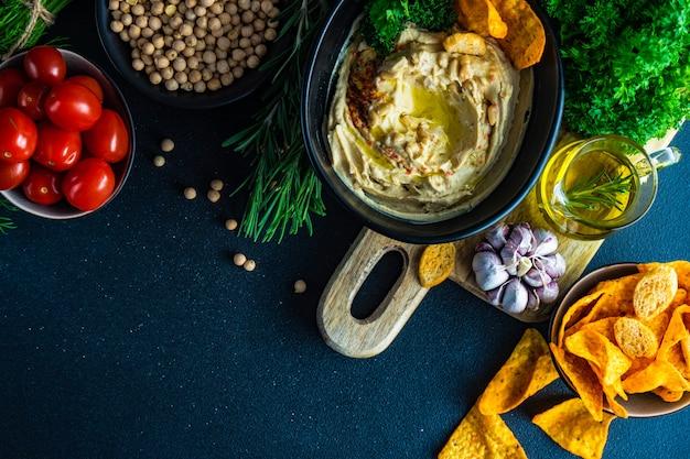 Hummus tradicional com ingredientes