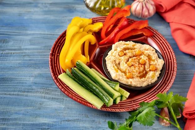 Hummus vegan com legumes saudáveis