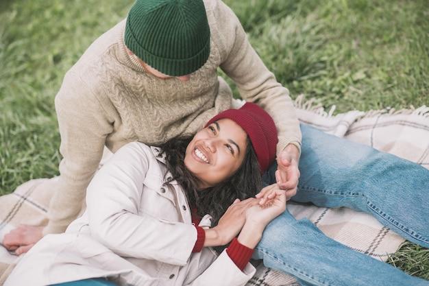 Humor romântico. uma mulher deitada de joelhos no namorado durante o encontro