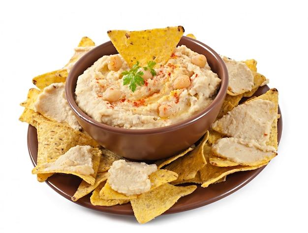 Humus caseiro saudável com azeite e pita chips