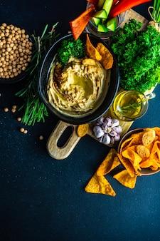 Humus de prato tradicional com ingredientes com ingredientes