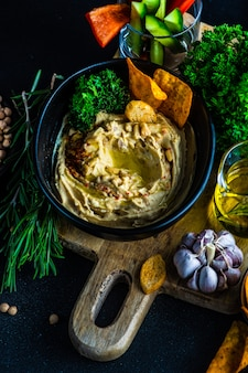 Humus de prato tradicional com ingredientes