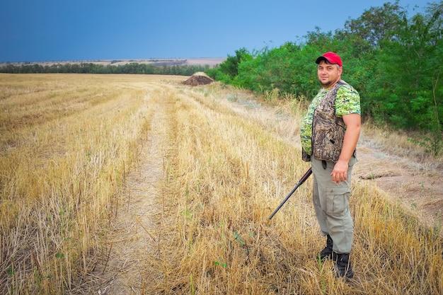 Hunter com uma arma no campo