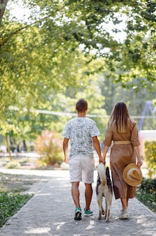 Husky e jovem casal