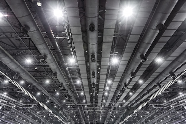 Hvac duct cleaning, tubos de ventilação em material de isolamento de prata pendurado no teto dentro do novo edifício.