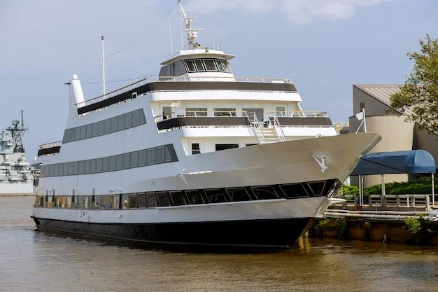Iate barco no porto com táxi na costa pa eua