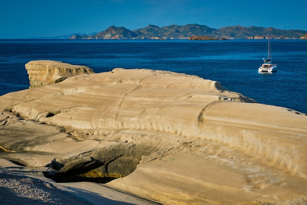 Iate de barco na praia de sarakiniko, no mar egeu, ilha milos, grécia