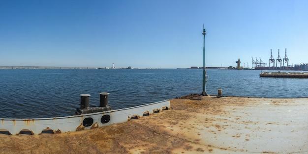 Iate de estacionamento no porto de odessa, ucrânia