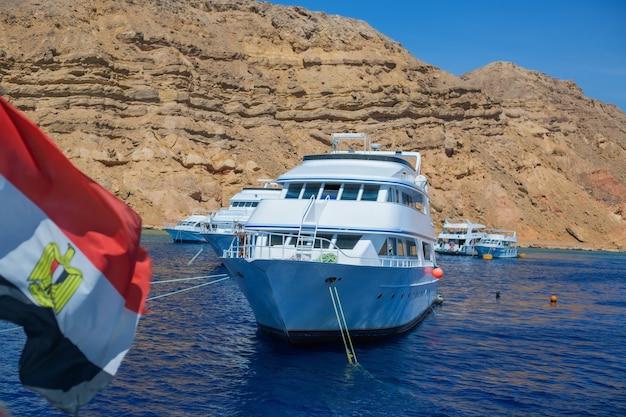 Iate no mar no contexto da bandeira egípcia