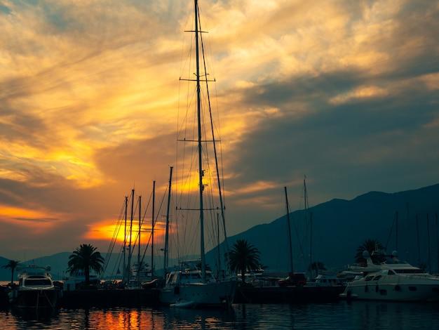 Iate porto montenegro. área de elite de tivat em montenegro