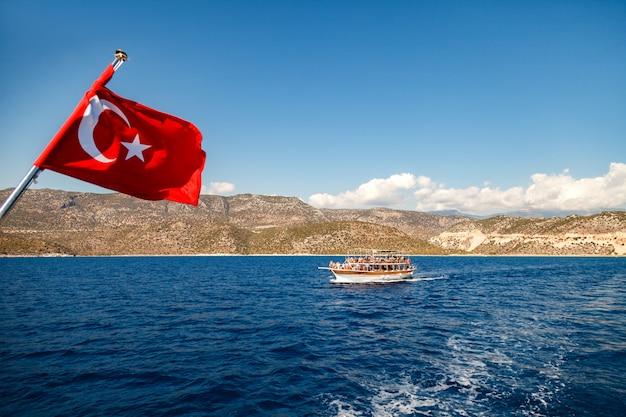 Iate sob a bandeira da turquia no mar
