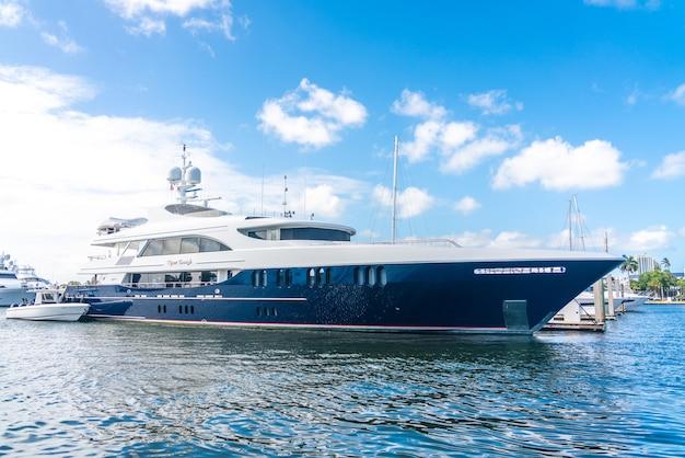 Iates de luxo atracados na marina em fort lauderdale, flórida